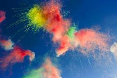 riassunto-fuochi-d-artificio-di-giorno-nel-cielo-blu-50962244